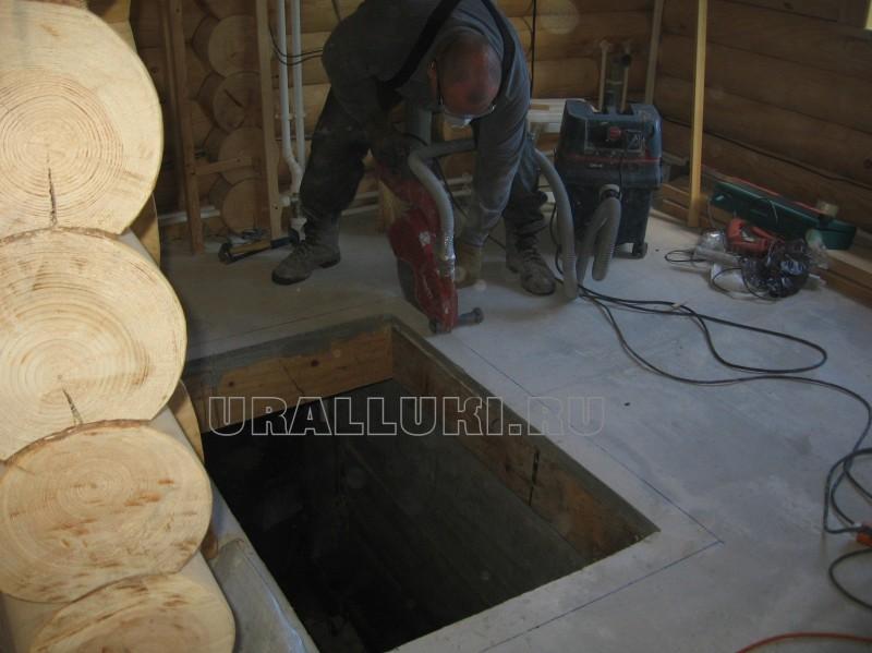 люк в бетонном полу